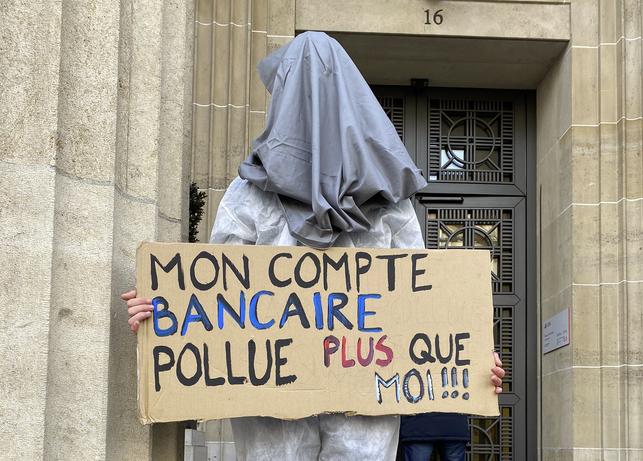 Blocage de l'UBS par la Grève du Climat : la finance suisse détruit le monde !